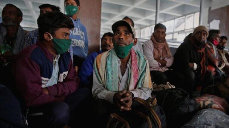 চোখেমুখে আতঙ্ক ! কাশ্মীর ছাড়ছেন পরিযায়ী শ্রমিকরা । এম ভারত নিউজ